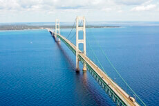 Ein Foto mit dem Titel: Mackinac Bridge, Lake Michigan