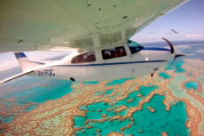 Ein Foto mit dem Titel: Flug über das Great Barrier Reef ©Tourism & Events Queensland